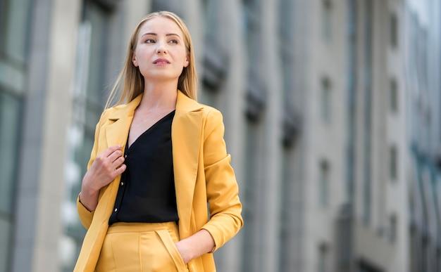 Geschäftsfrau im anzug im freien