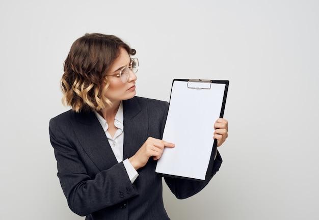Geschäftsfrau im anzug mit ordner für dokumente copy space studio. foto in hoher qualität