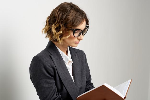 Geschäftsfrau im anzug und in der brille, die aufwirft