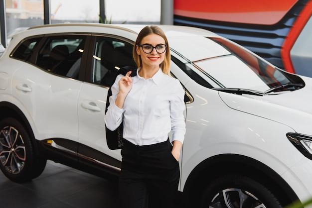 Geschäftsfrau im autosalonkonzept der fahrerin