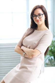 Geschäftsfrau im beige bürokleid
