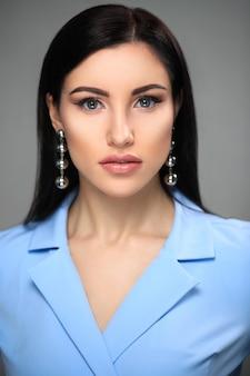 Geschäftsfrau im blauen strengen kleid und im natürlichen make-up