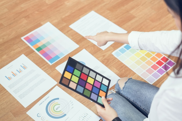 Geschäftsfrau im büro im zufälligen hemd. überprüfen sie die dokumentfarbenvorlage für das grafikdesign