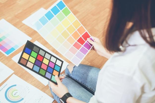 Geschäftsfrau im büro im zufälligen hemd. überprüfen sie die dokumentfarbvorlage