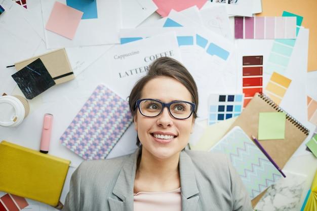 Geschäftsfrau im büro mess