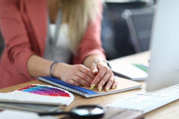 Geschäftsfrau im büro sitzt am tisch