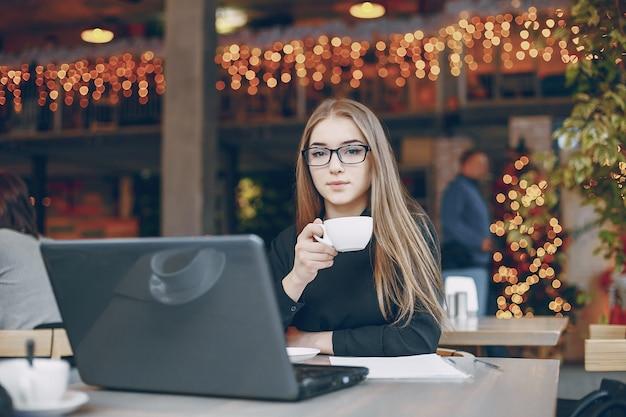 Geschäftsfrau im cafe