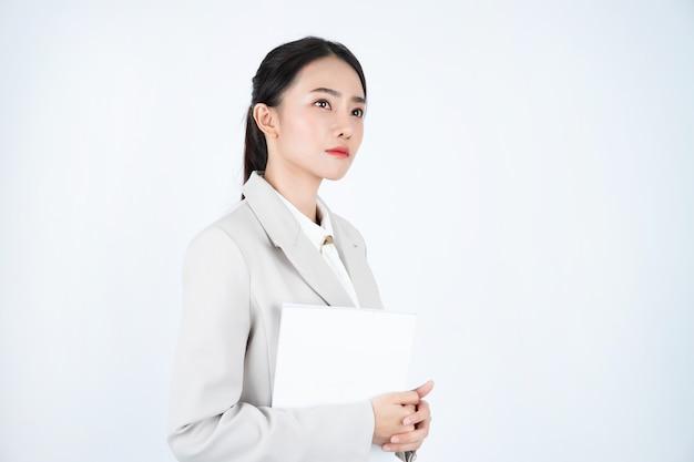 Geschäftsfrau im grauen anzug, der dokument liest und sich auf besprechung vorbereitet.