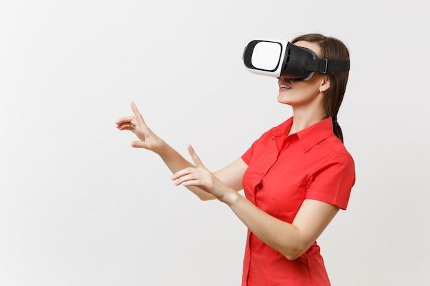 Geschäftsfrau im headset der virtuellen realität auf dem kopf berührt so etwas wie knopfdruck oder zeigt auf schwebenden virtuellen bildschirm einzeln auf weißem hintergrund. bildungszukunft im high-school-konzept.