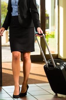 Geschäftsfrau im hotel ankommen