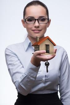 Geschäftsfrau im immobilienhypothekenkonzept