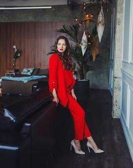 Geschäftsfrau im roten anzug