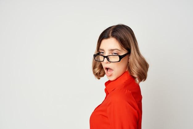 Geschäftsfrau im roten hemd und im brillenmanager arbeiten hellen hintergrund