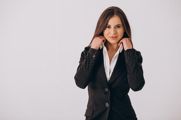 Geschäftsfrau im schwarzen anzug lokalisiert auf weißem hintergrund