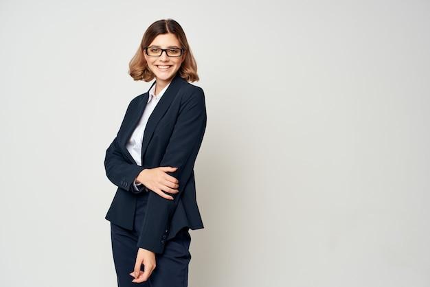 Geschäftsfrau im schwarzen anzug mit brille selbstvertrauen büro