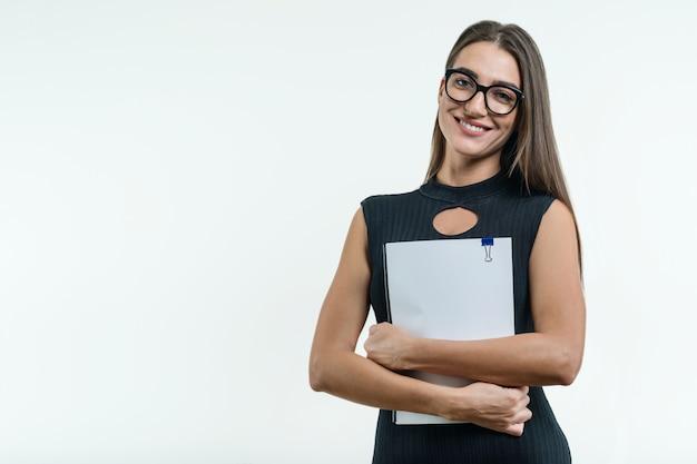 Geschäftsfrau im schwarzen kleid der gläser