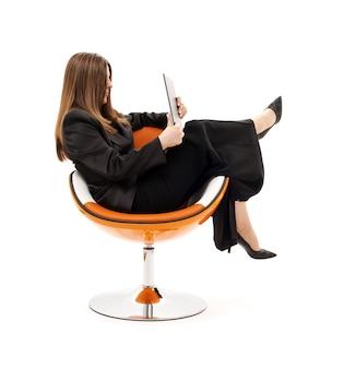 Geschäftsfrau im stuhl mit laptop über weiß