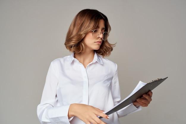 Geschäftsfrau im weißen hemd dokumentiert die arbeit offiziell. foto in hoher qualität