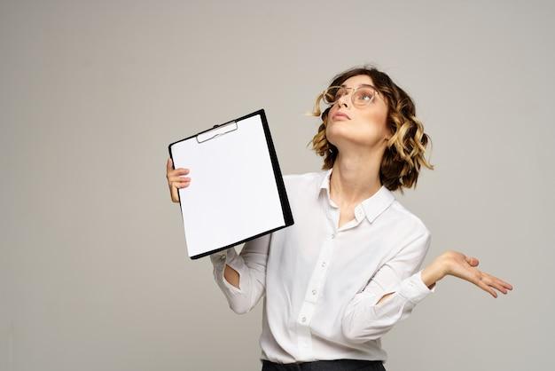Geschäftsfrau in anzug und brille posiert