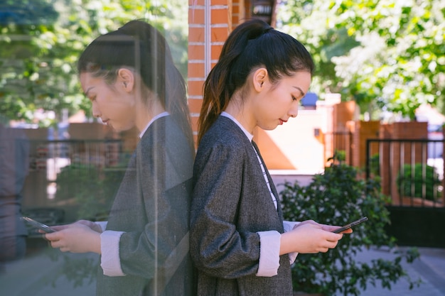 Geschäftsfrau in der straße mit smartphone