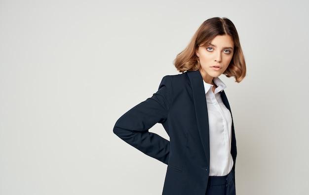 Geschäftsfrau in einem anzug auf grauem hintergrund