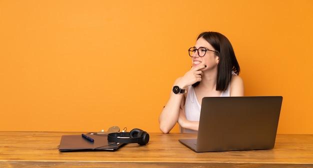 Geschäftsfrau in einem büro, das zur seite schaut
