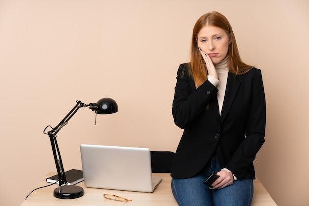 Geschäftsfrau in einem büro unglücklich und frustriert