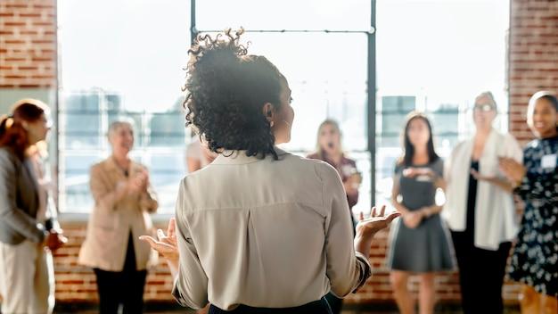 Geschäftsfrau in einer geschäftskonferenz