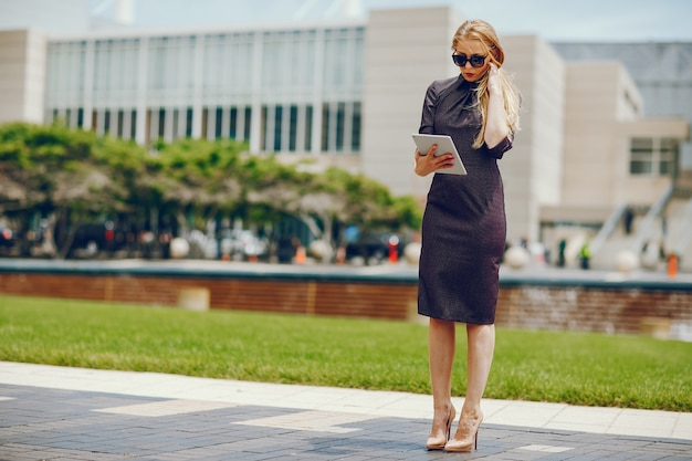 Geschäftsfrau in einer sommerstadt