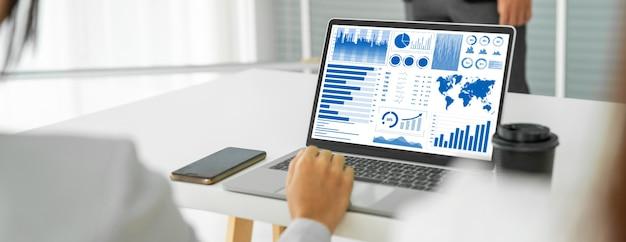 Geschäftsfrau in geschäftstreffen mit laptop-computer im büro kompetent
