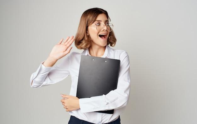Geschäftsfrau in gläsern mit dokumenten in den händen auf einem grauen hintergrund kopieren raum