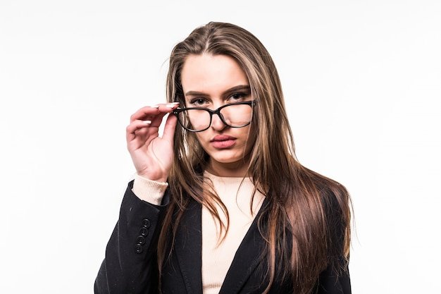 Geschäftsfrau in klassischer schwarzer suite und brille auf weiß