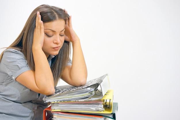 Geschäftsfrau in problemen. alleine im büro mit vielen dokumenten arbeiten. schreien und schreien nach schlechten ergebnissen