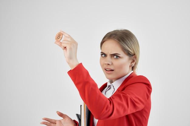 Geschäftsfrau in roter jacke kryptowährung bitcoin-wirtschaft respektiert technologie