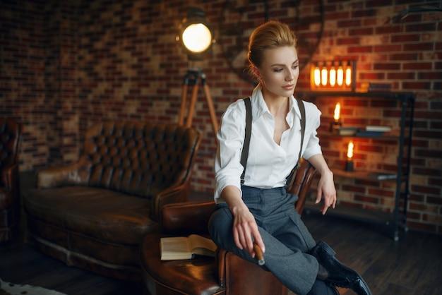 Geschäftsfrau in strengen kleidern am fenster