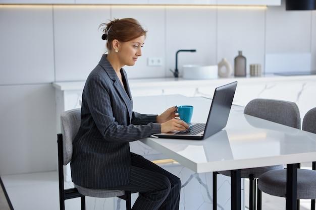 Geschäftsfrau ist telearbeit und arbeitet zu hause