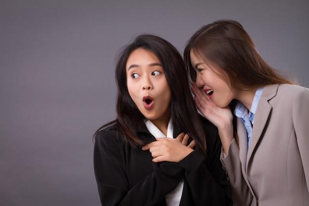 Geschäftsfrau klatscht, verbreitet gute nachrichten, geheimnisse, gerüchte