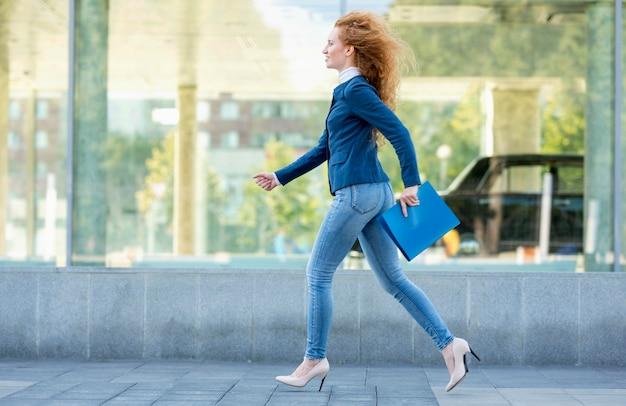 Geschäftsfrau läuft in high heels