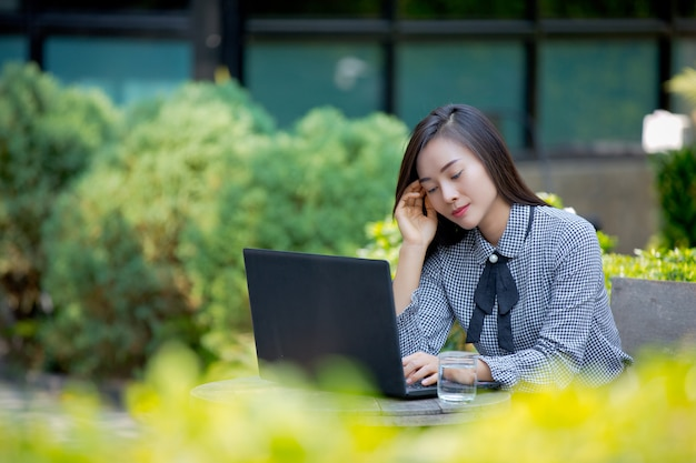 Geschäftsfrau leidet unter müdigkeit von der arbeit.