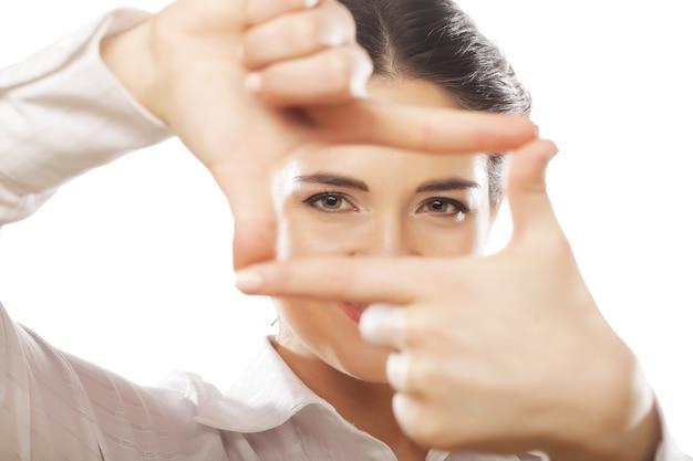 Geschäftsfrau machen rahmen mit den fingern