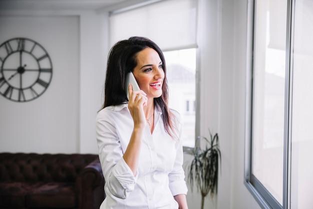 Geschäftsfrau macht einen anruf