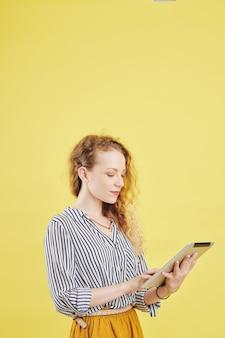 Geschäftsfrau mit app auf digitalem tablet