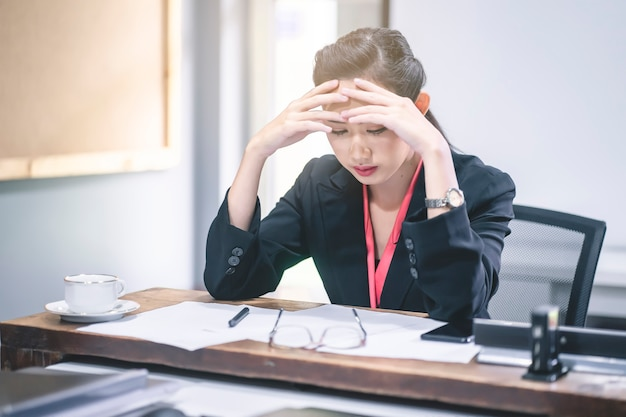 Geschäftsfrau mit betontem und gesorgtem über arbeitsfehler