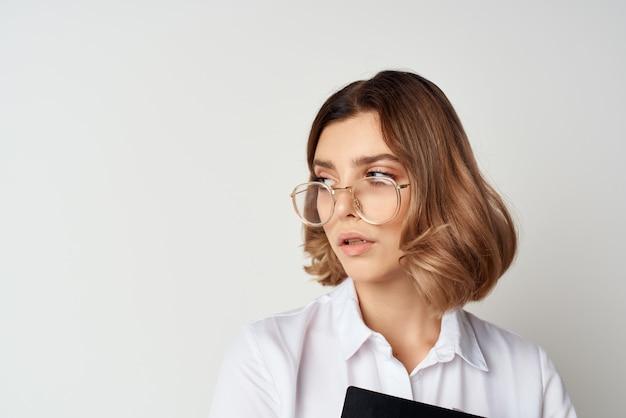 Geschäftsfrau mit brille büroleiter finanzen arbeiten