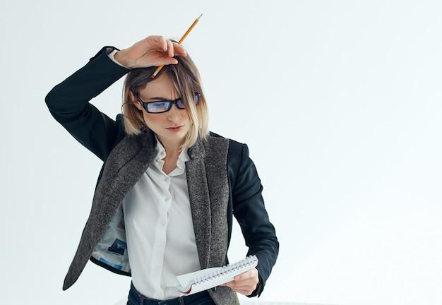 Geschäftsfrau mit brille dokumentiert notizblock-büro