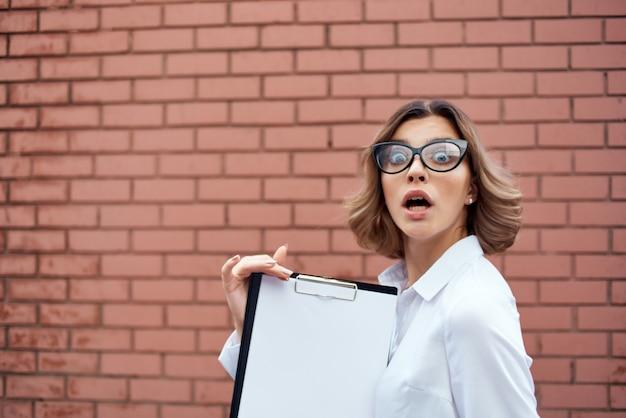 Geschäftsfrau mit brille dokumentiert professionelle arbeit im freien