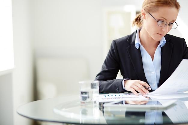 Geschäftsfrau mit brille hart arbeiten