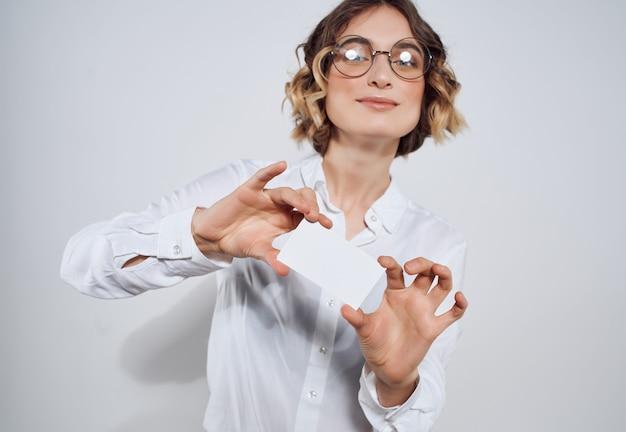 Geschäftsfrau mit brille papiere kopieren raumwerbung