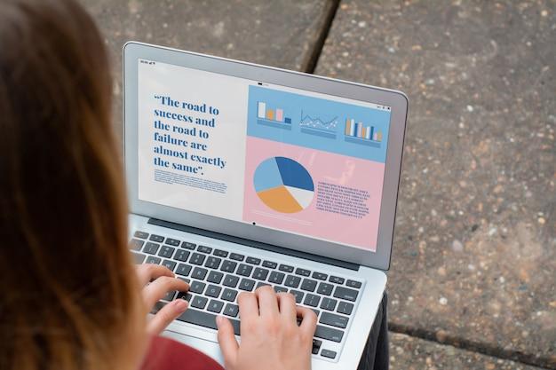 Geschäftsfrau mit dem laptop, der statistiken über firmenwachstum zeigt