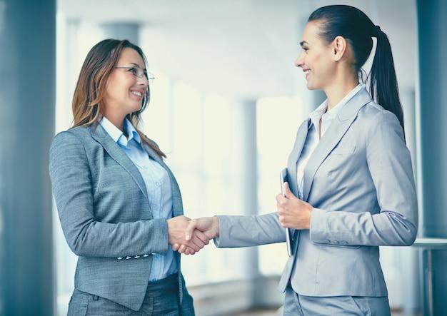 Geschäftsfrau mit dem neuen mitarbeiter